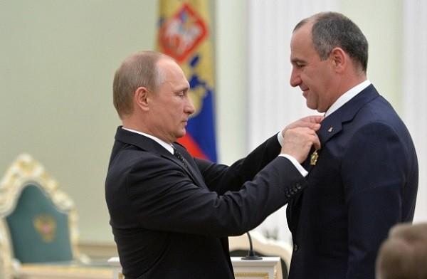 Путин награждает Темрезова