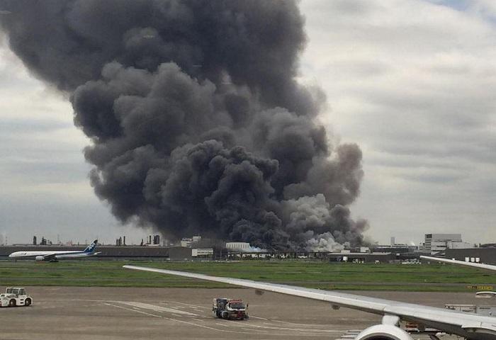 В Токио сильный пожар на заводе у аэропорта