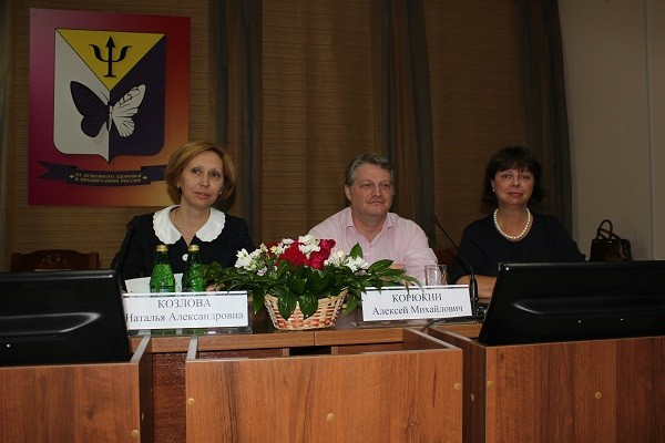 В президиуме конференции (слева направо) Н.А. Козлова,  Алексей Корюкин,  Элин Скоген