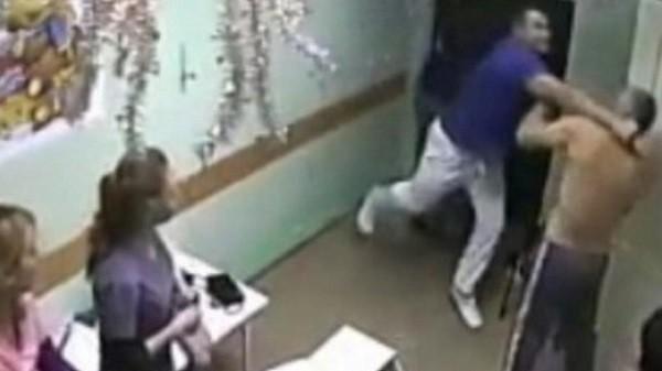кадр с камеры видеонаблюдения  - момент удара пациента врачом