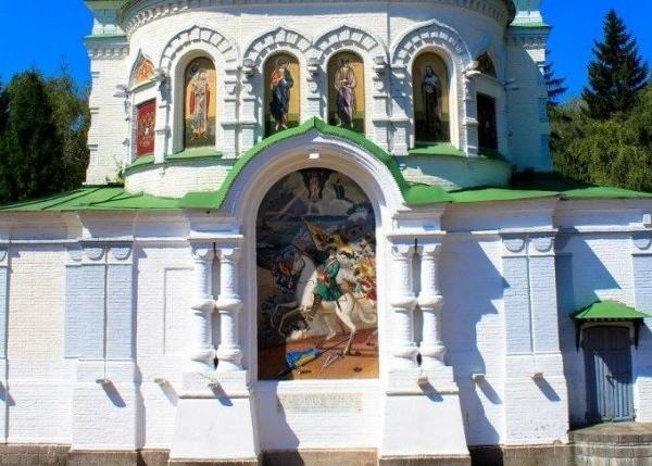 Российские гербы и флаг Швеции убрали с храма в Полтаве фото 2