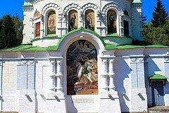 Российские гербы и флаг Швеции убрали с храма в Полтаве