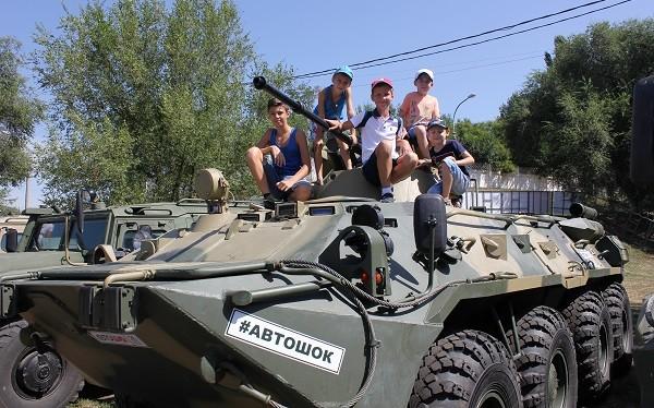 мальчишки облепили военную технику