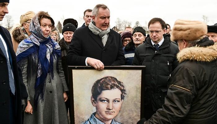 Дмитрий Рогозин и Владимир Мединский на мероприятии в селе Петрищево. Фото: belrynok.com
