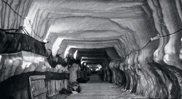 Один из многочисленных подлёдных туннелей огромной базы. Фото: GETTY IMAGES