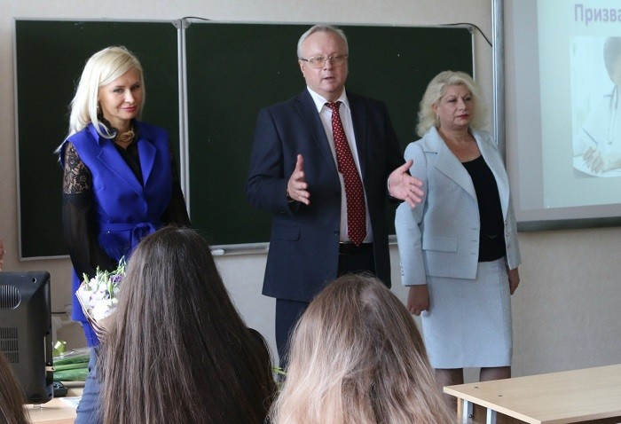 (слева направо) на встрече со школьниками – будущими абитуриентами СтГМУ Ирина Шатская, Владимир Кошель и Анна Ходжаян.