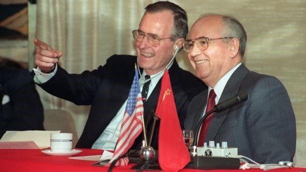 Президенты США Джорж Буш и  СССР Михаил Горбачёв. Фото из открытых источников