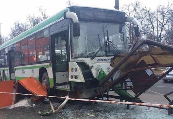 В Москве автобус врезался в остановку с людьми