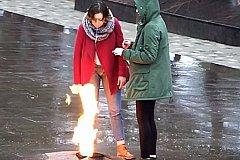Плюющими в Вечный огонь девочками заинтересовалась полиция. ВИДЕО