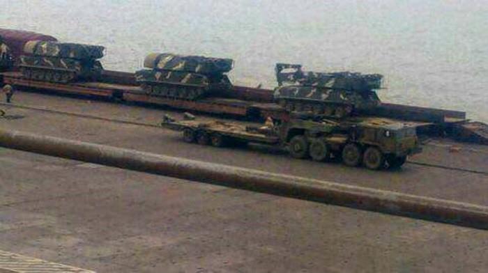 Самоходные огневые установки 9А310М1 войскового ЗРК «Бук-М1», прибывшие в Мариупольский морской порт для отгрузки и развёртывания в окрестностях города