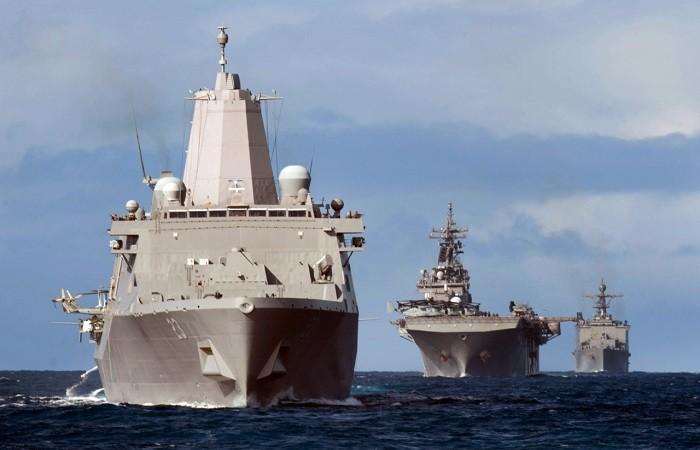Типичный амфибийно-десантный «наряд» Военно-морских сил и КМП США (от первого к последнему): десантно-вертолётный корабль класса «Сан-Антонио», УДК-вертолётоносец/платформа штурмовиков СВВП класса «Уосп», десантный корабль класса «Харперс Ферри»
