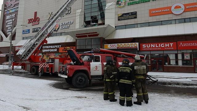 Сотрудники пожарной охраны МЧС во время тушения пожара в торговом центре «Зимняя вишня». Фото: ria.ru