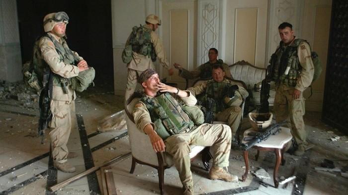 Американские солдаты в разграбленном Багдаде. Фото: http://medveziyugol.ru