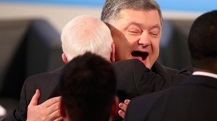 Петр Порошенко обнимает Джона Маккейна. Архивное фото: nrt24.ru