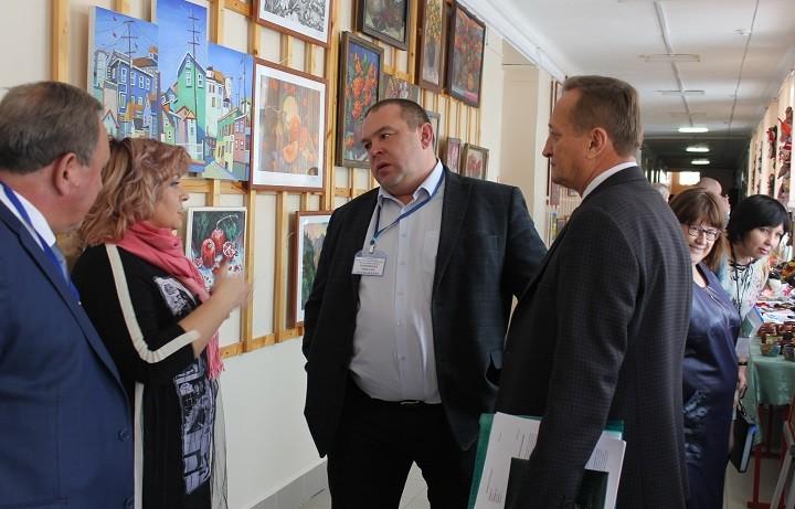 Глава города Михаил Миненков (в центре) общается с участниками конференции