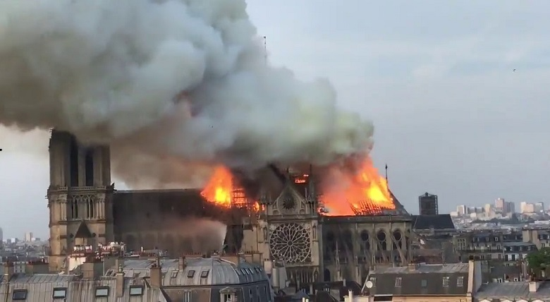 Он весь сгорит! Собор Парижской Богоматери в огненном плену.