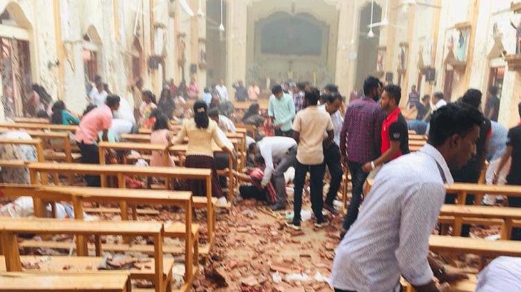 Десятки мирных граждан погибли в результате терактов на Шри-Ланке фото 2
