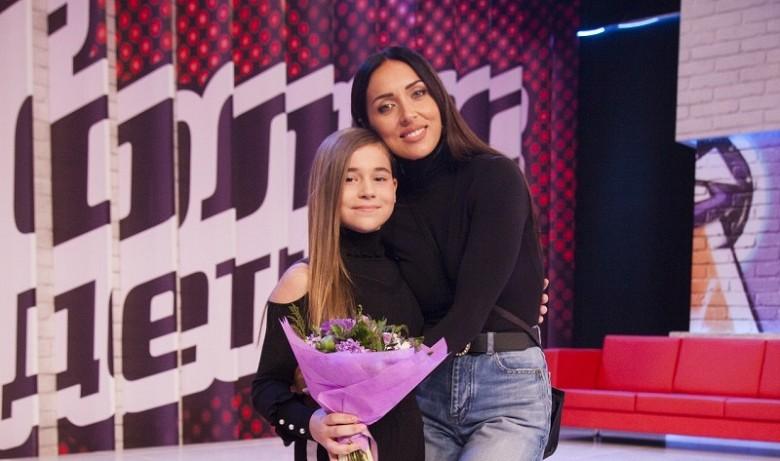 Микелла с мамой Алсу на шоу Голос. Фото: youtube.com