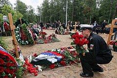 Сотни людей посетили похороны героев-подводников