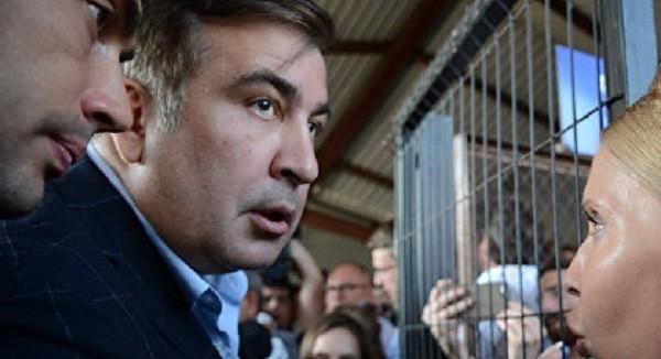 Саакашвили поломал руку пожилой женщине фото 2