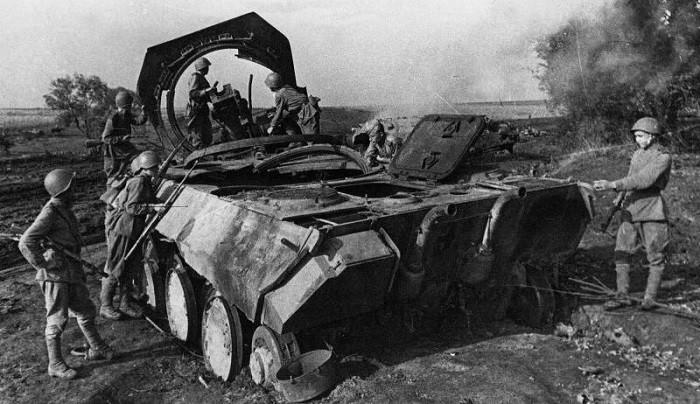 Советские солдаты осматривают немецкий танк Pz.Kpfw. V «Пантера», уничтоженный во время боев под Прохоровкой