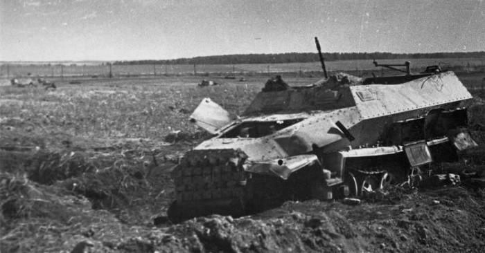 Немецкий бронетранспортер Sd. Kfz. 251 из состава 2-го танкового корпуса СС, подбитый юго-западнее Прохоровки