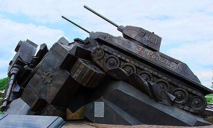 Монумент «Танковый таран» установлен на Прохоровском поле, перед входом в музей боевой славы «Третье ратное поле России» в Белгородской области. Памятник символизирует мужество советского солдата и является Прохоровским сражением в миниатюре, тем не менее в полной мере передающее накал сражения.