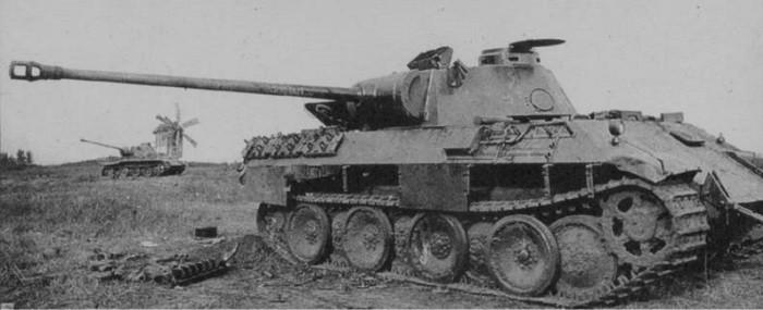 Брошенные под Прохоровкой неисправные немецкие танки Pz.Kpfw.V «Пантера» из состава 10-й «пантербригады»