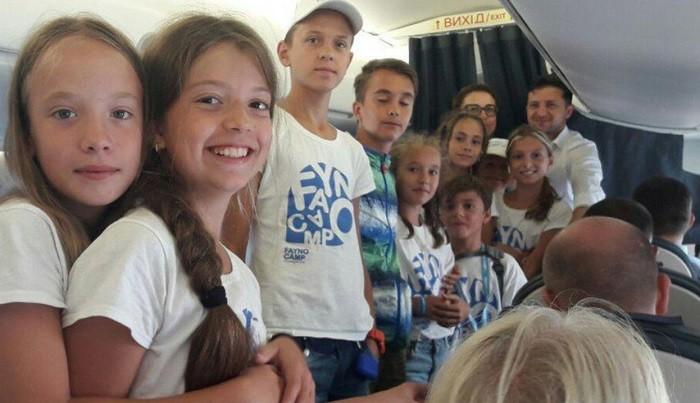 Фото: Президент Украины Владимир Зеленский на борту Embraer 195 рейса Киев-Одесса. Фото с сайта Думская