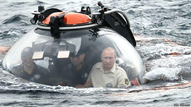 2015 год. Путин погружается на дно Черного моря. Архивное фото.