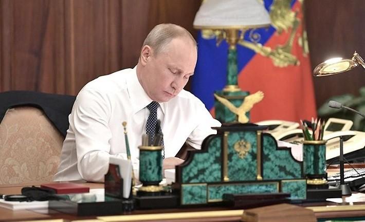 Президент России Владимир Путин в своем кабинете в Кремле