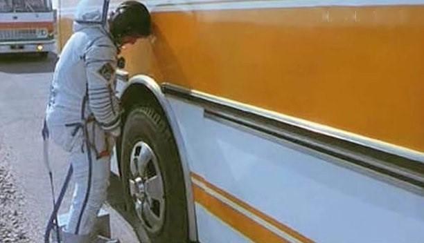 Космонавтам уже не получится торжественно «отлить» на колесо автобуса перед стартом фото 2