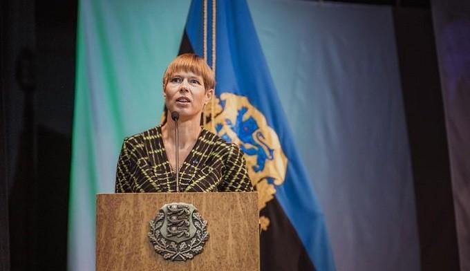 Президент Эстонии Керсти Кальюлайд выступает в Варшаве. Фото: postimees.ee