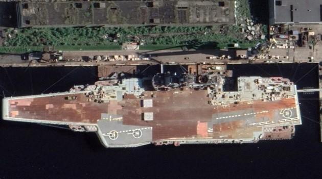 Авианосец «Адмирал Кузнецов» у стенки 35-го судоремонтного завода в Мурманске.