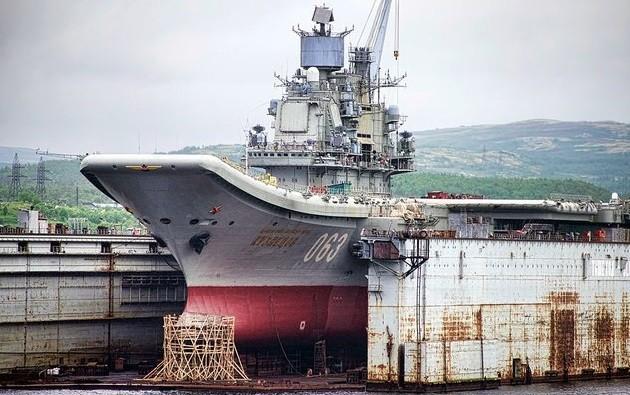 Авианосец «Адмирал Кузнецов» у стенки 35-го судоремонтного завода в Мурманске. Фото: eg.ru