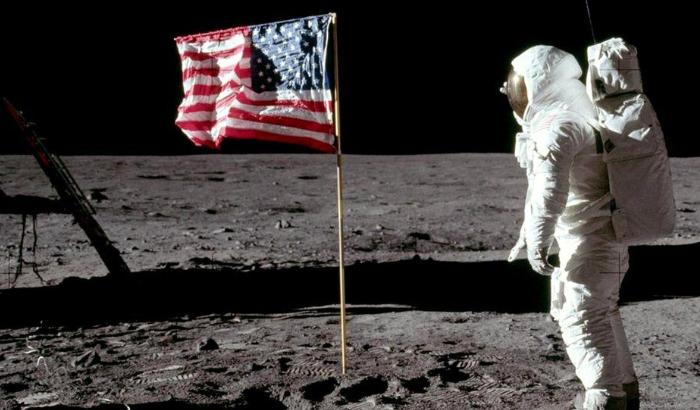Американский флаг развевался только на американской Луне. НАСА точно не врёт!