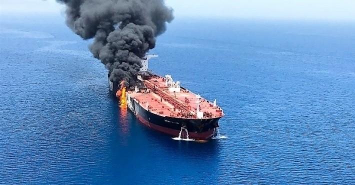 В Красном море атакован и горит иранский танкер фото 2