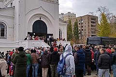 В Саратове тысячи людей пришли проститься с убитой девочкой