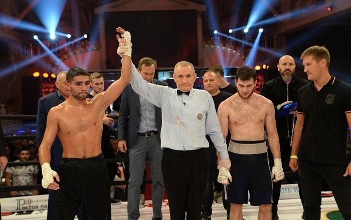 Рефери поднимает руку победителя – Сергея Маргаряна