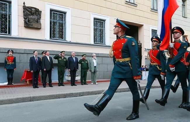 Почетный караул Минобороны России проходит маршем в честь открытия почетной доски Маннергейму в Санкт-Петербурге. Присутствуют члены правительства РФ.