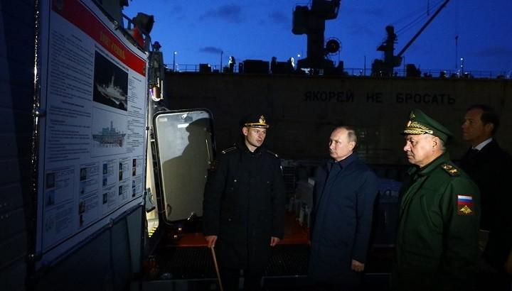 Путин и Шойгу на корвете «Гремящий». Фото: klops.ru