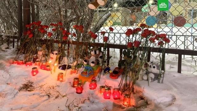 Цветы и горящий свечи у детского сада в Нарьян-Маре