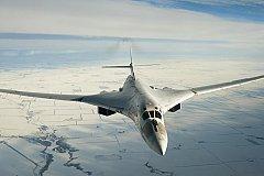 Дальнобойный и тяжелый Ту-160 на форсаже ушел от F-35