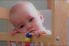 В детдоме все младенцы в кроватках молчат.