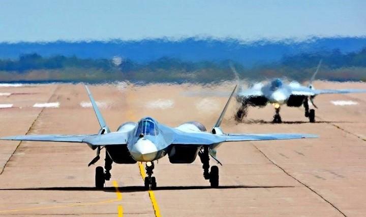 Пара истребителей Су-57 готовится к взлету