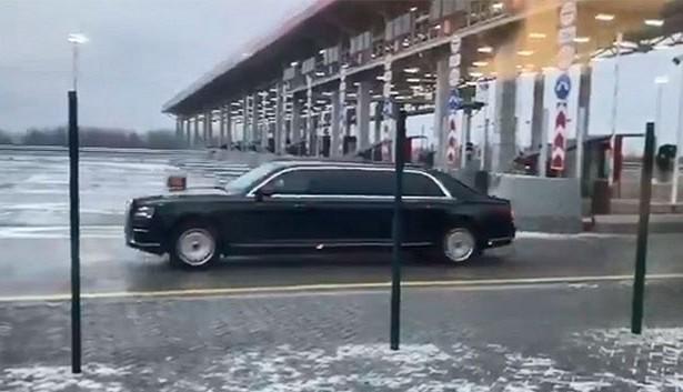 Aurus Путина выезжает на трассу М-11. Фото: rambler