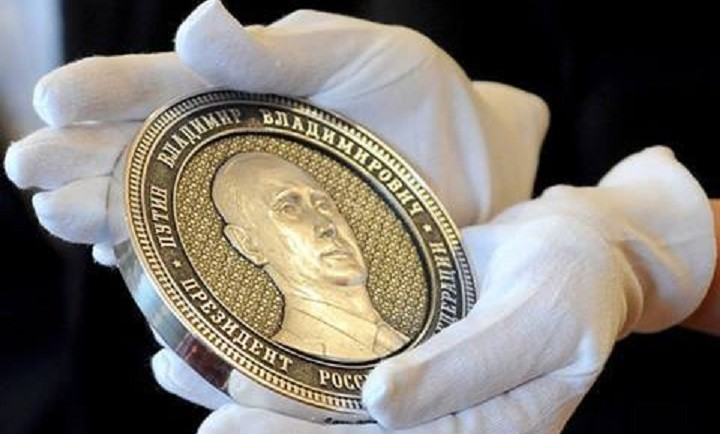 Одна из монет посвященных Президенту России Владимиру Путину