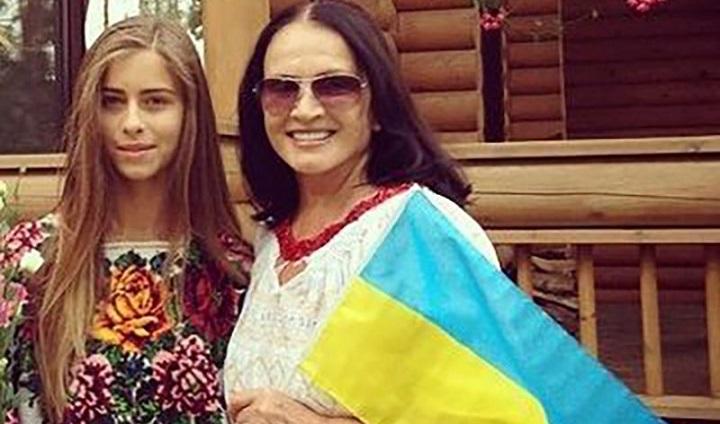Директор Софии Ротару оправдывает её и уговаривает ехать зарабатывать в Россию