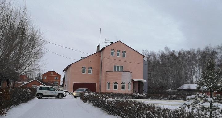 Подаренный омскому хоспису коттедж помогут обустраивать шведы