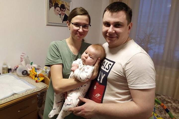 Светлана и Пётр Новожиловы с маленькой Аней
